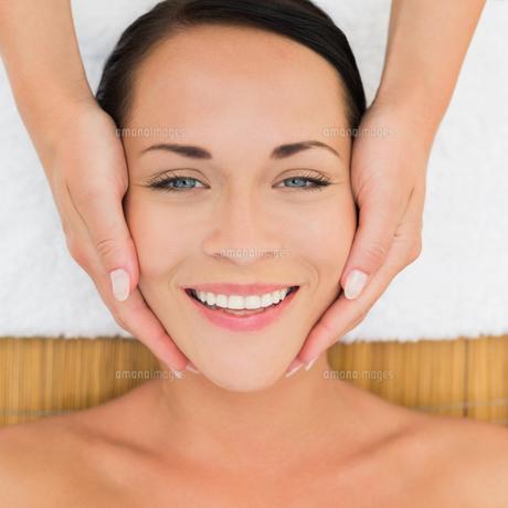 Peaceful brunette enjoying a facial massageの写真素材 [FYI00002427]