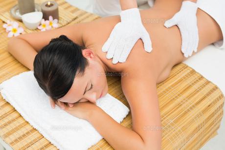 Peaceful brunette enjoying an exfoliating back massageの写真素材 [FYI00002430]