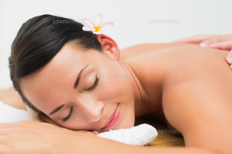 Peaceful brunette enjoying a back massageの写真素材 [FYI00002435]