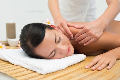 Peaceful brunette enjoying a shoulder massageの写真素材 [FYI00002437]