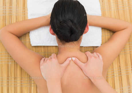 Peaceful brunette enjoying a back massageの写真素材 [FYI00002439]