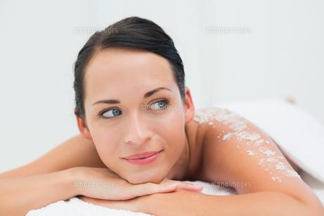 Peaceful brunette lying with salt scrub on backの写真素材 [FYI00002441]