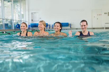 Female fitness class doing aqua aerobicsの素材 [FYI00002445]