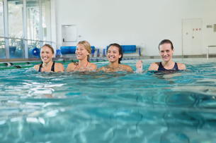 Female fitness class doing aqua aerobicsの写真素材 [FYI00002445]