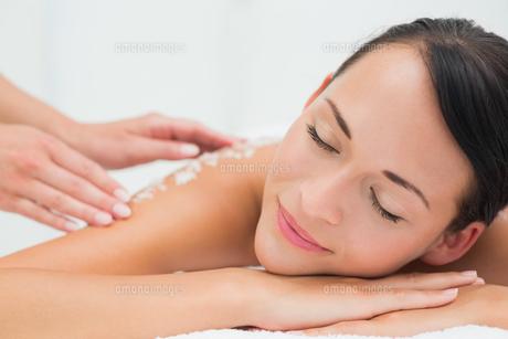 Peaceful brunette getting a salt scrub beauty treatmentの素材 [FYI00002449]