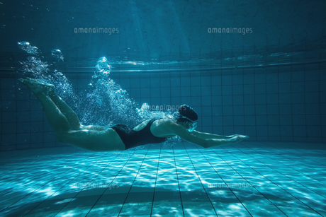 Athletic swimmer training on her ownの写真素材 [FYI00002454]