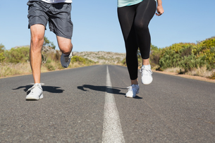 Fit couple running on the open road togetherの写真素材 [FYI00002462]