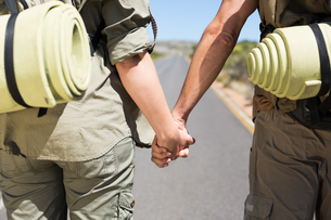 Hitch hiking couple standing holding hands on the roadの写真素材 [FYI00002466]