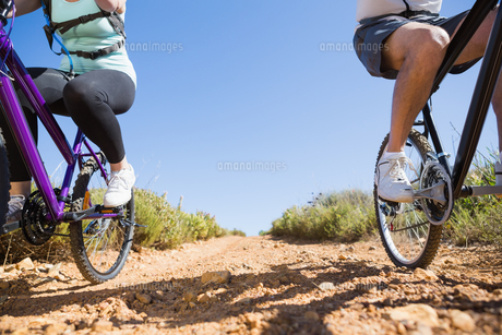 Active couple on a bike ride in the countryの写真素材 [FYI00002467]