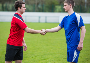 Football players in blue and red shaking handsの写真素材 [FYI00002469]
