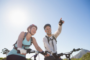Active couple going for a bike ride in the countrysideの写真素材 [FYI00002473]