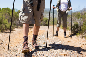 Hiking couple walking on mountain trailの写真素材 [FYI00002474]