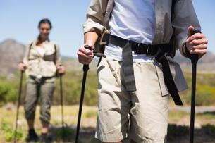 Hiking couple walking on mountain trailの素材 [FYI00002477]