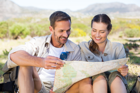 Happy hiking couple reading the map on mountain trailの写真素材 [FYI00002479]