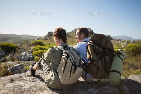 Hiking couple sitting on mountain terrainの写真素材 [FYI00002486]