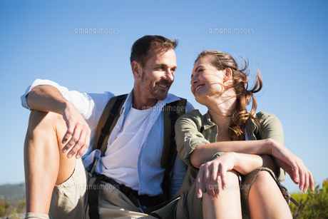 Hiking couple sitting and smiling at each otherの写真素材 [FYI00002493]