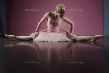 Graceful ballerina sitting with legs stretched outの写真素材 [FYI00002515]