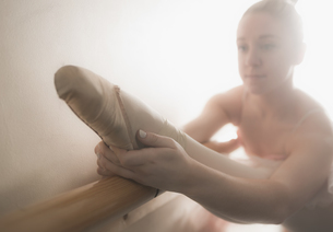 Beautiful ballerina warming up with the barreの素材 [FYI00002518]