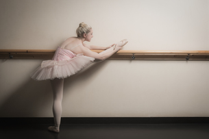 Beautiful ballerina warming up with the barreの写真素材 [FYI00002521]