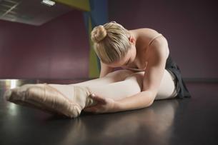 Ballerina sitting and bending forwardの写真素材 [FYI00002522]