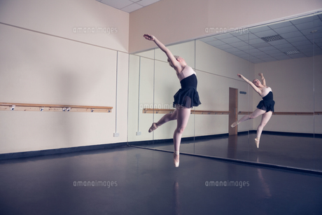 Beautiful ballerina dancing in front of mirrorの写真素材 [FYI00002525]