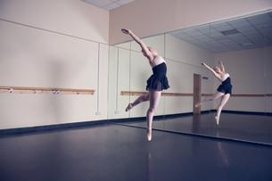 Beautiful ballerina dancing in front of mirrorの写真素材 [FYI00002525]
