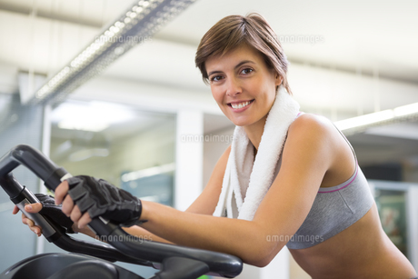 Fit smiling woman working out on the exercise bikeの写真素材 [FYI00002538]