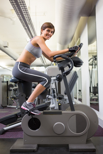 Fit smiling woman working out on the exercise bikeの写真素材 [FYI00002544]
