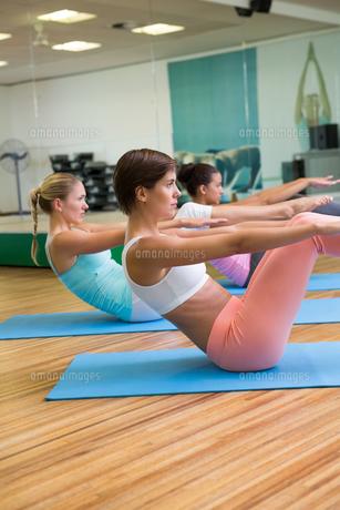Yoga class in boat position in fitness studioの写真素材 [FYI00002558]