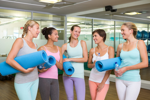 Smiling women in fitness studio before yoga classの写真素材 [FYI00002559]