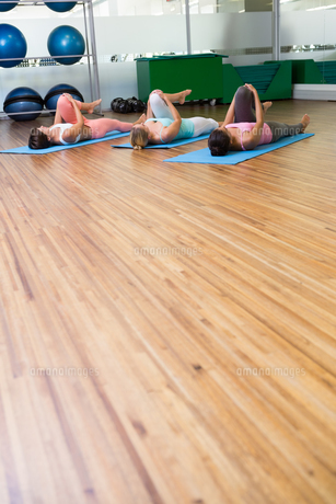Yoga class stretching in fitness studioの写真素材 [FYI00002560]