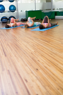 Yoga class stretching in fitness studioの写真素材 [FYI00002560]