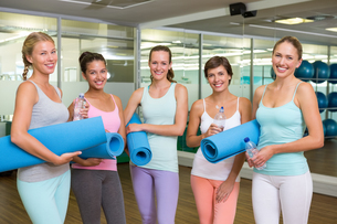 Smiling women in fitness studio before yoga classの写真素材 [FYI00002565]