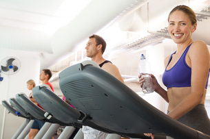 Row of people working out on treadmillsの写真素材 [FYI00002572]