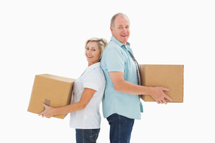 Happy older couple holding moving boxesの写真素材 [FYI00002575]