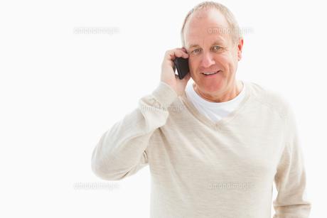 Happy mature man on the phoneの写真素材 [FYI00002580]