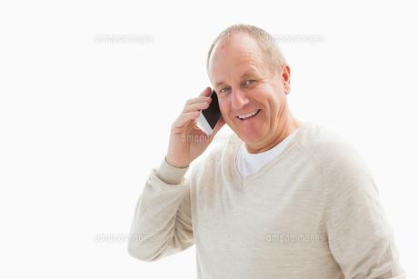 Happy mature man on the phoneの写真素材 [FYI00002582]