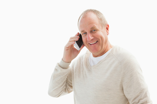 Happy mature man on the phoneの写真素材 [FYI00002582]