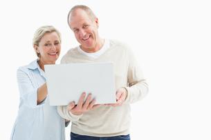 Happy mature couple using laptopの写真素材 [FYI00002586]
