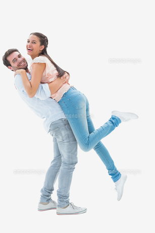 Attractive young couple hugging each otherの写真素材 [FYI00002593]