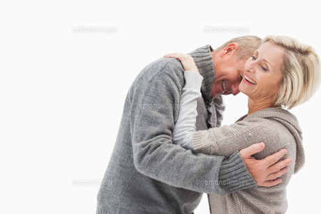 Happy mature couple in winter clothesの写真素材 [FYI00002594]