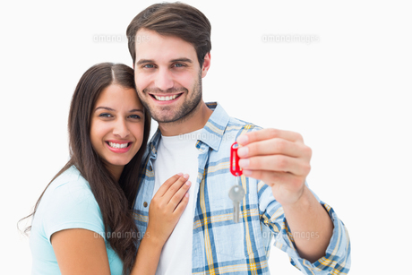 Happy young couple holding new house keyの写真素材 [FYI00002602]