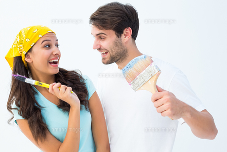 Happy young couple painting together and laughingの写真素材 [FYI00002605]