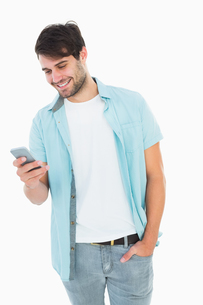 Happy casual man sending a text messageの写真素材 [FYI00002606]