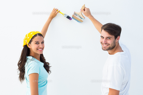 Happy young couple painting togetherの写真素材 [FYI00002607]