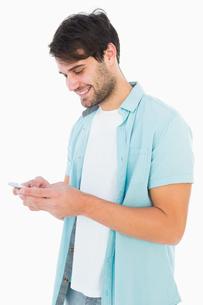 Happy casual man sending a text messageの写真素材 [FYI00002608]