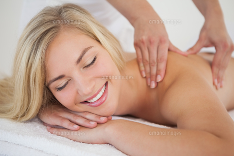 Pretty blonde enjoying a massageの写真素材 [FYI00002631]