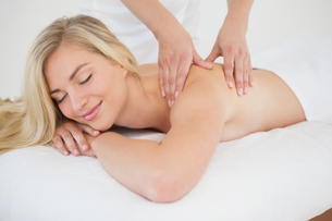Pretty blonde enjoying a massageの写真素材 [FYI00002633]