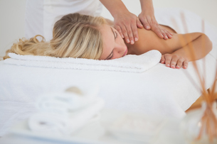Pretty blonde enjoying a massageの写真素材 [FYI00002636]