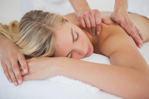 Pretty blonde enjoying a massageの写真素材 [FYI00002637]